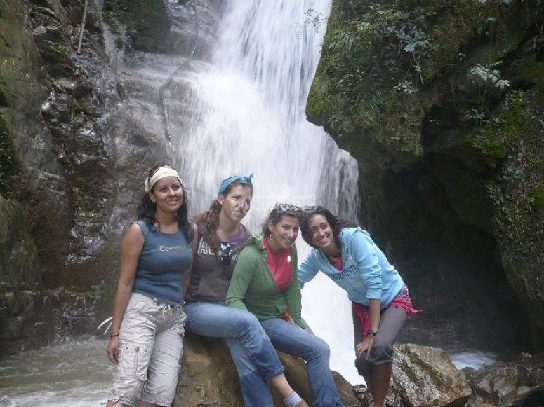 Chicas en la cascada