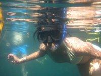 Bajo el mar con el equipo de snorkel