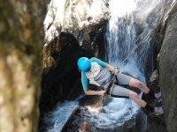 Bajando por la roca