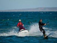 Asistiendo a un kitesurfista