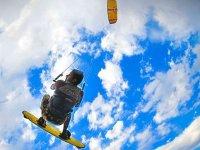 Salto de kitesurfista