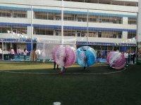 Partido de fútbol con jumper balls