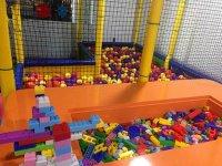 Construccion y piscina bolas