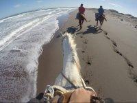 cabalgando a la orilla del mar