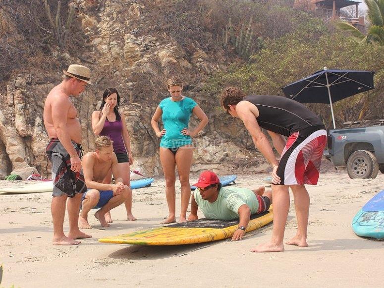 Lecciones de surf en la arena