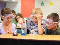 Realizando experimentos químicos