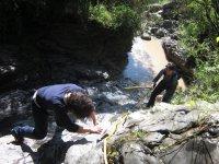Subiendo por las rocas desde el rio