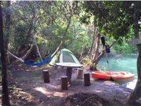 Campamento y kayaks