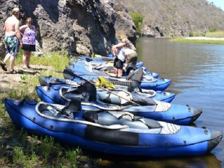 kayaks en el río