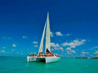 Sail on a catamaran to Isla Mujeres with buffet 7hrs