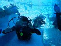 Submarinista en el fondo de la alberca