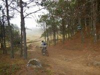 Ciclista rodando en pendiente