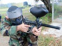 Soldado con marcadora de gotcha