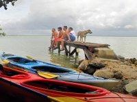 Descansando junto a los kayaks