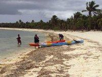 Metiendo los kayaks en la playa