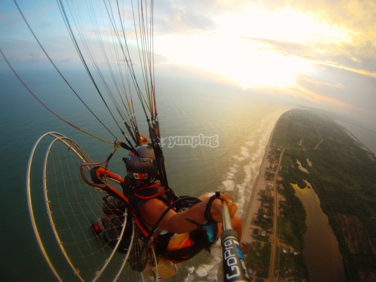 Overflying the waters in a paramotor Acapulco
