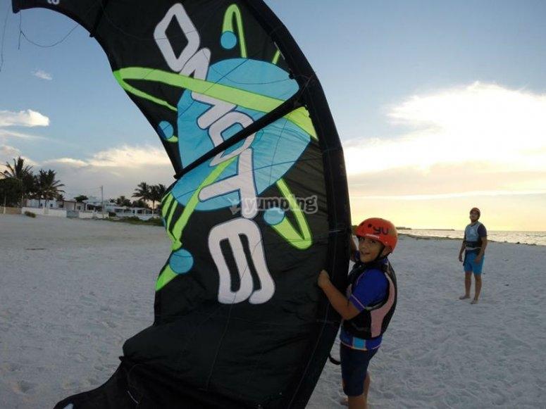 Enjoying the kitesurf lessons