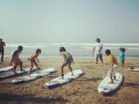 clases de surf en grupo