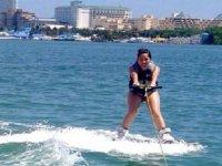 esquiando sobre el agua