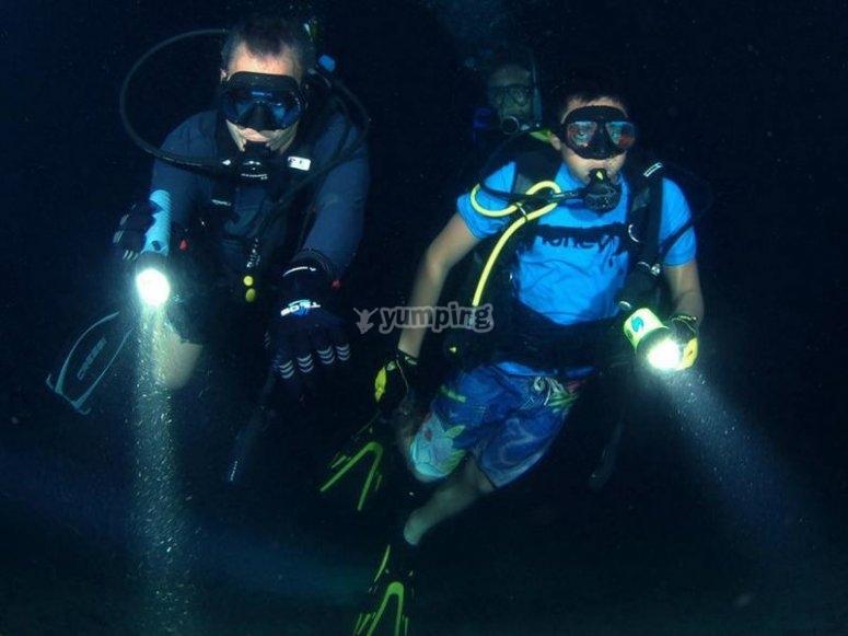 Aventura nocturna bajo el mar