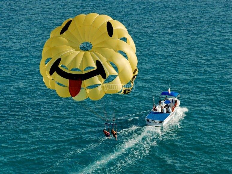 Parasailing impulsado con un barco