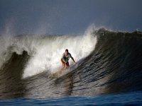 Montando olas con surf