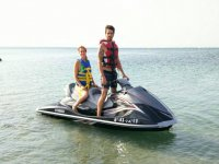 Pareja en moto acuatica
