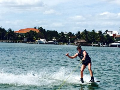 Wakeboard o esquí acuático 60 minutos en Cancún