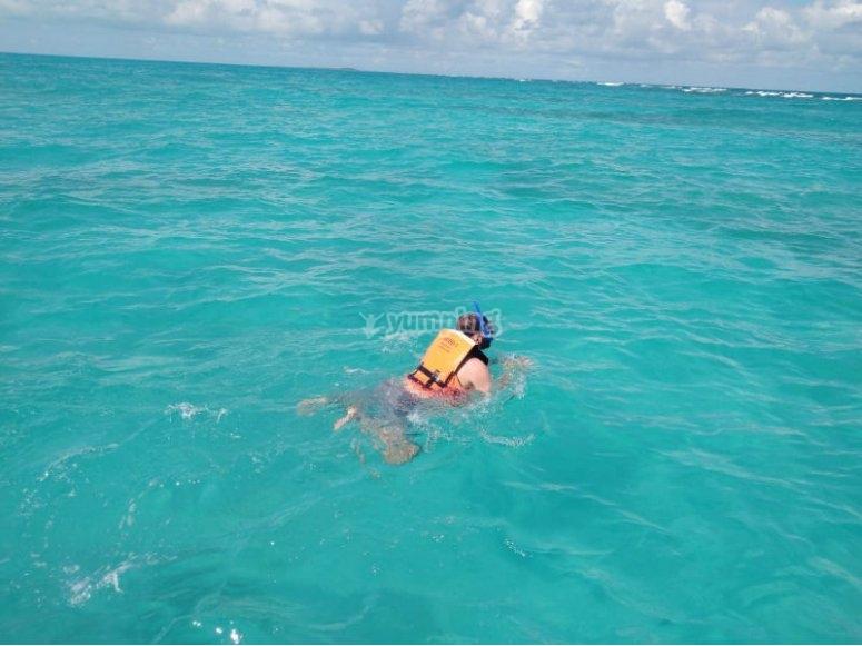 Nadando en las aguas turquesa del Caribe mexicano