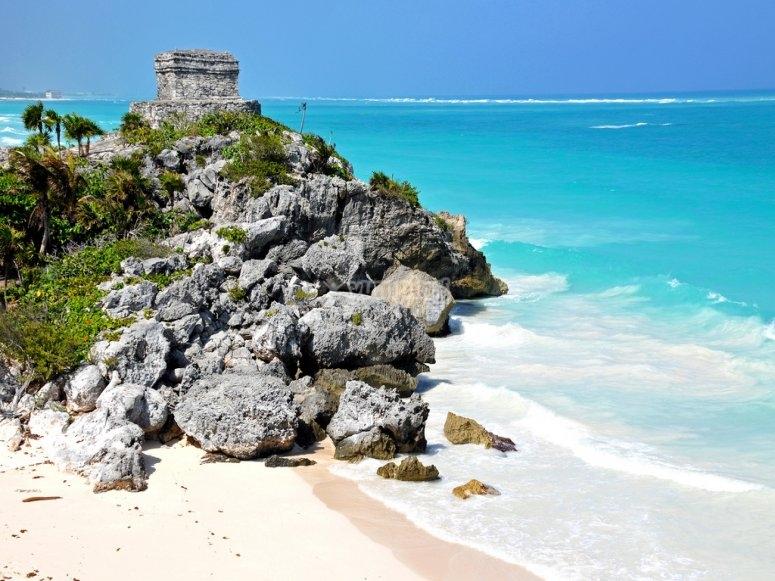 Ruinas a la orilla del mar