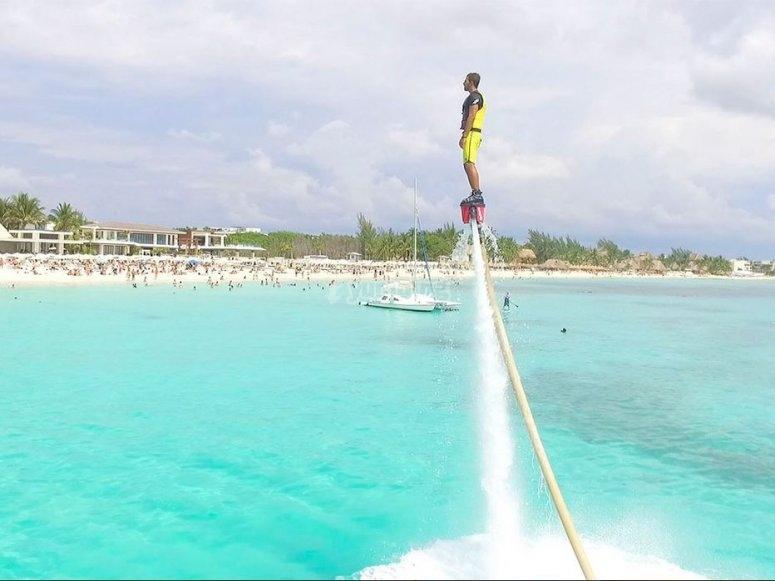Flyboard frente a playa del Carmen