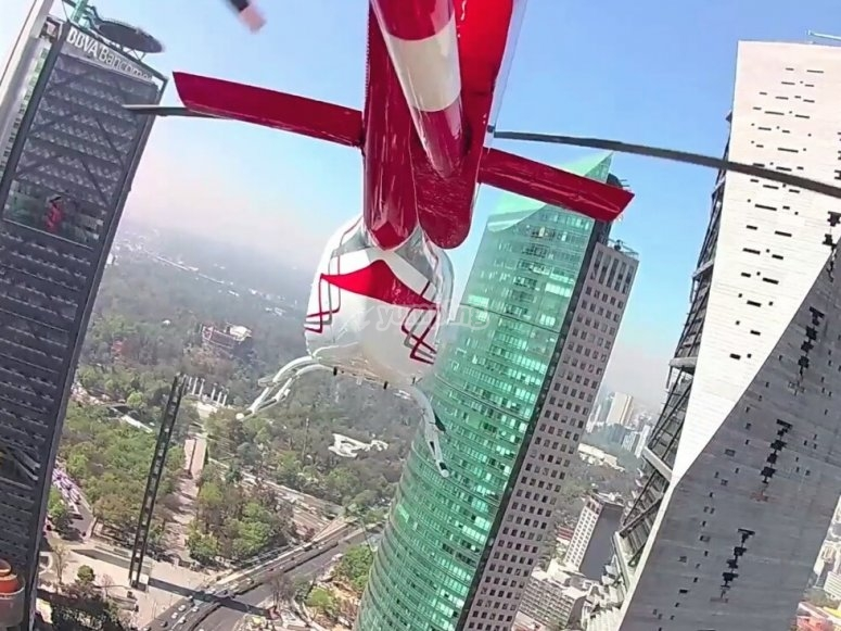 Helicoptero entre edificios
