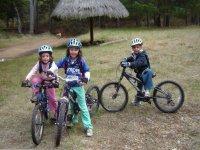 Enfants faisant du vélo