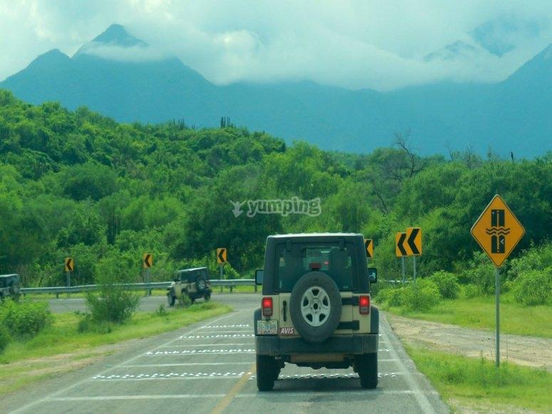En Jeep por el asfalto