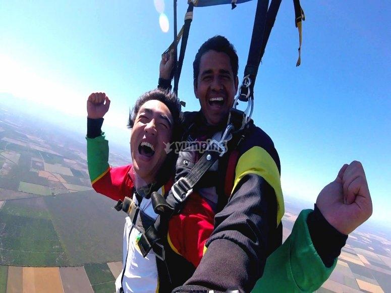 Disfrutando de salto de paracaídas