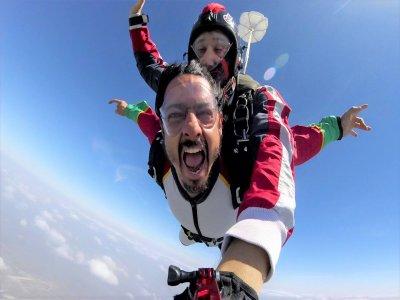 Salto tándem en paracaídas para grupos en Apodaca