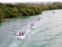 Amigos en lanchas rápidas en Cancún