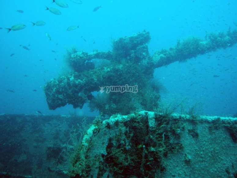 Barco bajo el mar