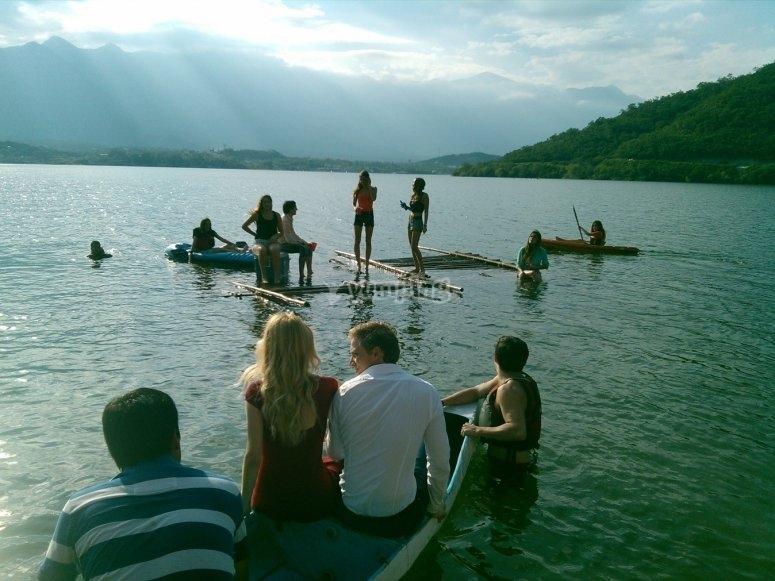 Disfrutando del kayak con los amigos
