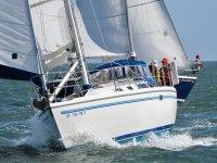 Paseo en velero en el mar