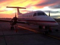 Avion al atardecer