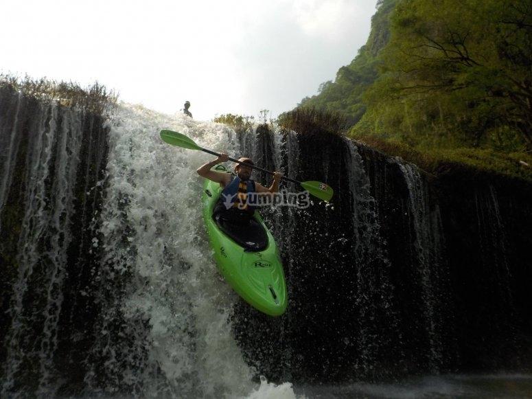 Bajando la cascada en kayak
