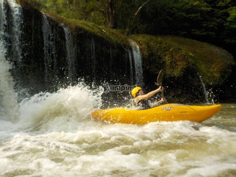 Kayak en aguas bravas