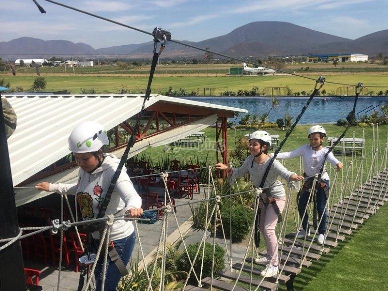 Cruzando el puente en parque de aventuras de Puebla