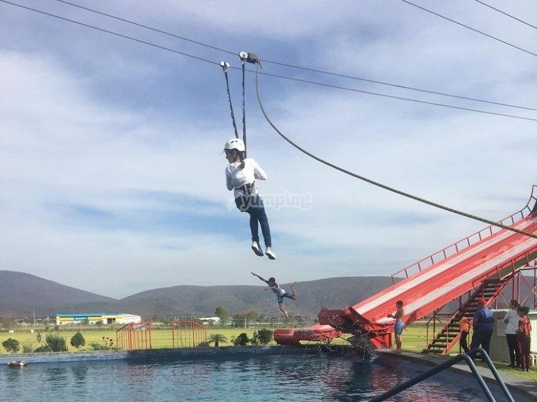 Tirolesa sobre lago en Puebla