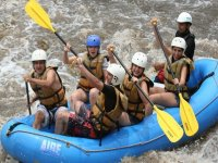 Emociones de aventura en rafting