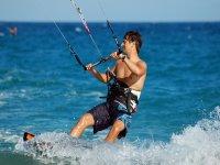 Practicar kitesurf