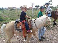 Peques montando en pony