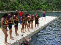 Niños disfrutando de la zona para nadar