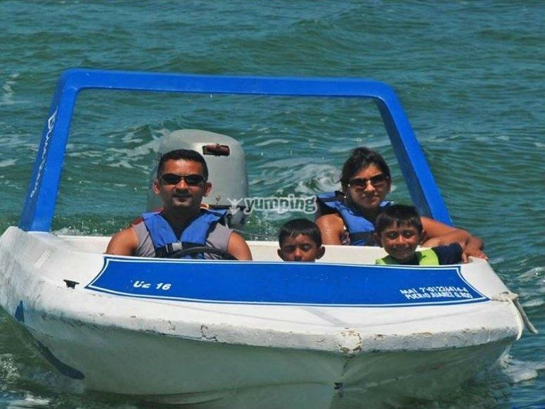 Speedboats with children in Cancun